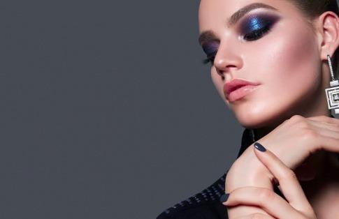 Eine Frau hat einen blauen Lidschatten als Make-up Trend 2020