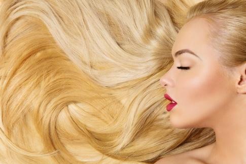 Blonde Haare und das Gesicht einer Frau von der Seite
