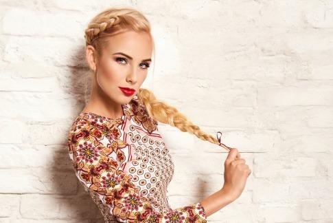 Eine Frau mit goldblonden langen Haaren