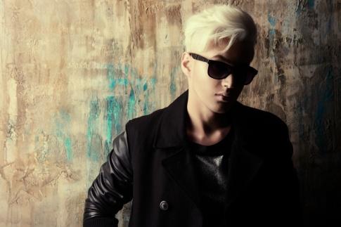 Ein Mensch mit kurzen blonden Haaren und Sonnenbrille