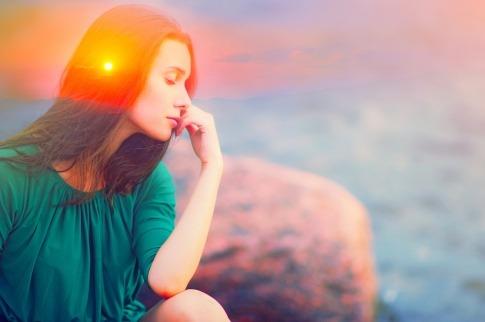 Eine Frau empfängt Botschaften aus der geistigen Welt