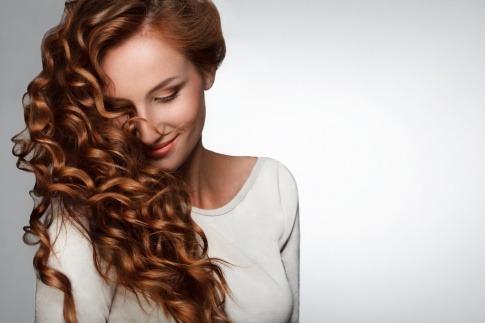 Eine Frau mit braunem lockigen Haar