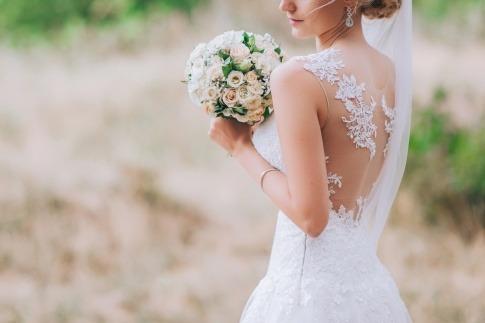 Ein Paar hat Brautfrisuren Locken