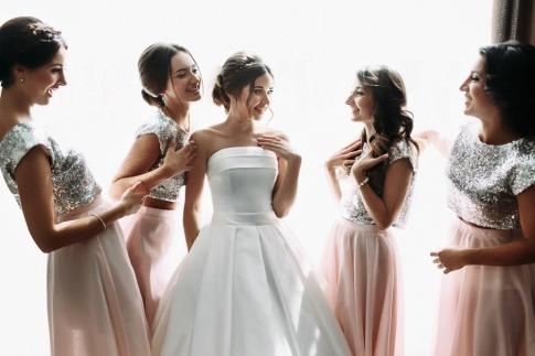 In der Mitte der Brautjungfern steht die Braut