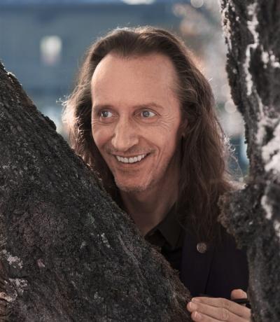 Bewusstseinstrainer Bruno Würtenberger lehnt an einem Baum