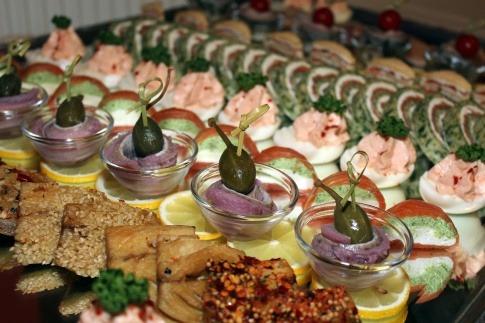 Auf einem Buffet sind verlockende Gerichte