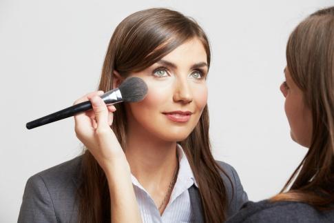 Eine Frau mit Business Make up wird geschminkt