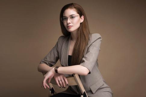 Eine Frau hat ein Business-Outfit an