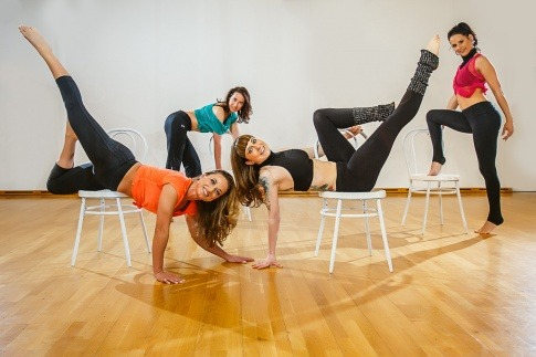 Frauen tanzen Chairdance