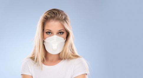 Eine Frau mit Mund-Nasen-Schutz will die Zeit von Corona sinnvoll nutzen
