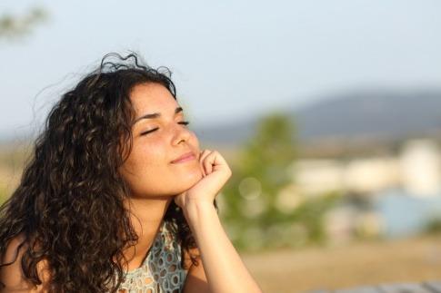 Eine Frau schaut verträumt und kann das Leben spüren