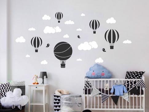 Eine Wand ist mit einem Wandtattoo dekoriert