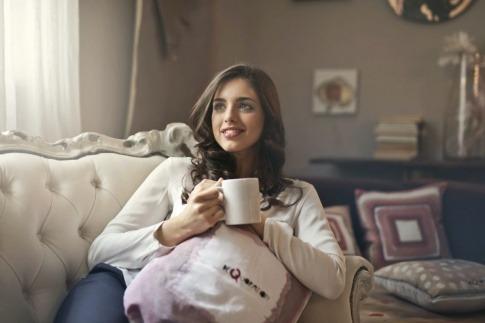 Frau mit Tee beim Fasten