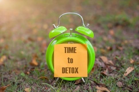Ein Wecker zeigt an, dass es Zeit für Detox ist