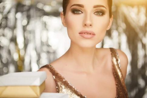 Eine Frau mit dezemtem Silvester Make-up