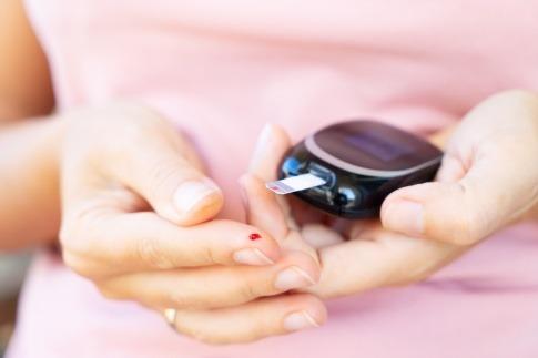 Eine Frau mit Diabetes ist beim Blutzucker messen