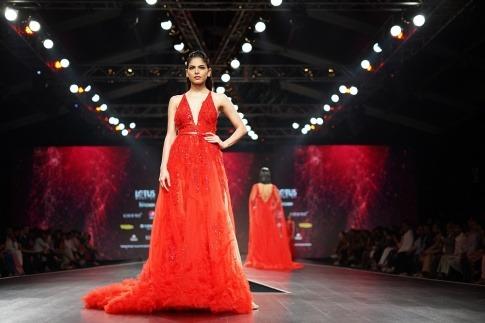 Frau mit rotem Kleid auf dem Laufsteg