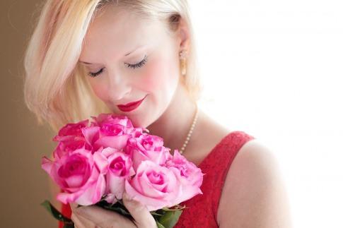 Eine Frau mit Rosenduftschale