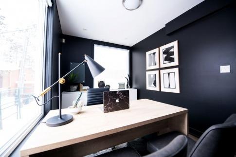 Ein Büro ist dunkel eingerichtet