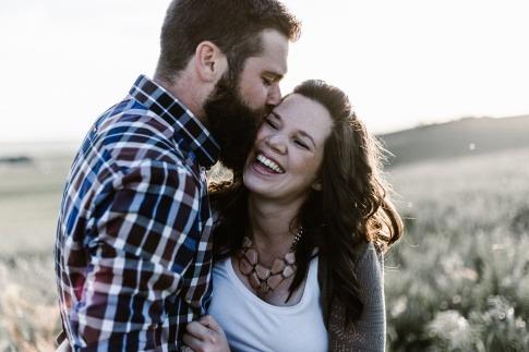Ein Mann und eine Frau stärken durch Lachen ihre Beziehung