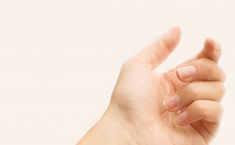 Finger mit einer eingerissenen Nagelhaut