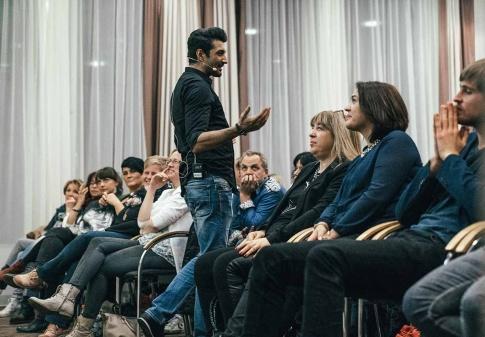 Elmar Rassi ist mit seiner Schweineglück-Show zu Gast in Wien