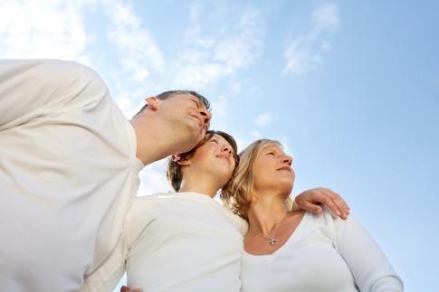 Glückliche Eltern mit einem Teenager schauen zum Himmel