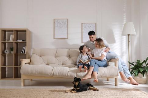 Eine Familie auf der Coach, energetisches Wohnen genießend