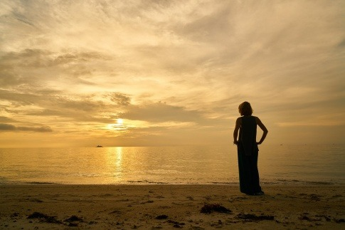Eine Frau sieht auf das Meer hinaus