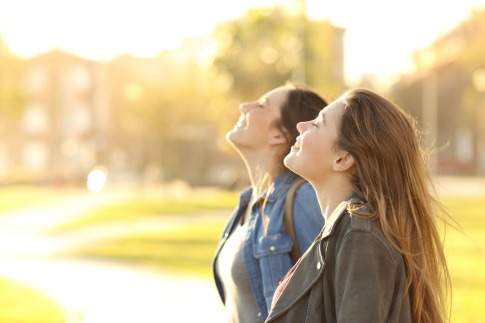 Zwei Frauen tanken in der Natur Energie