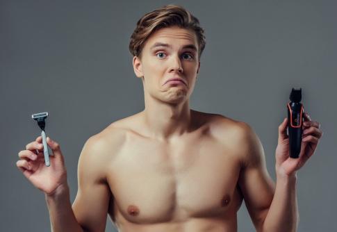 Ein Mann nach der Enthaarung (Männer) trainiert mit Hanteln