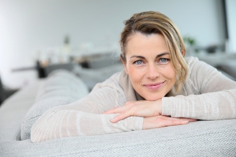 Eine Frau liegt entspannt