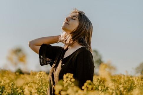 Eine Frau sieht entspannt gen Himmel