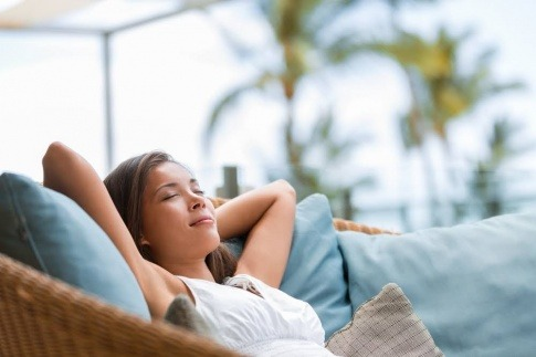 Eine Frau lehnt entspannt auf einem Sofa