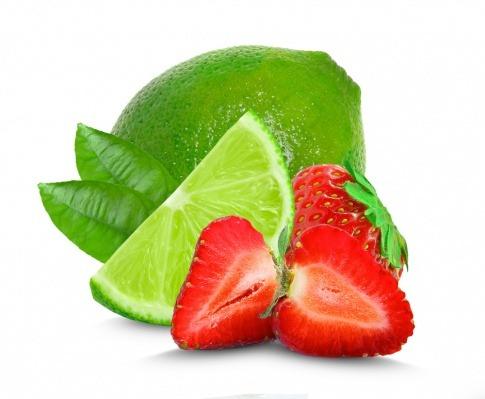 Erdbeeren und eine Limette vor einem neutralen Hintergrund.