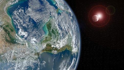 Die Ansicht zeigt die Erde, dahinter den Mond, dahinter die Sonne