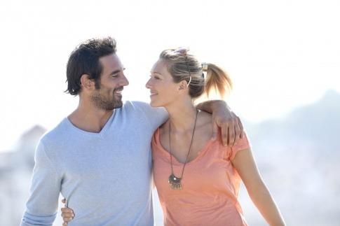 Ein Mann und eine Frau scheinen eine erfüllende Partnerschaft zu leben