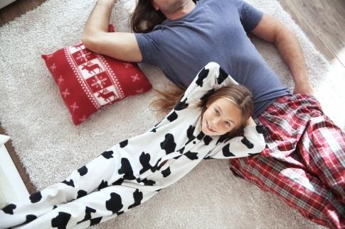 Ein Mädchen liegt am Boden neben einem Mann