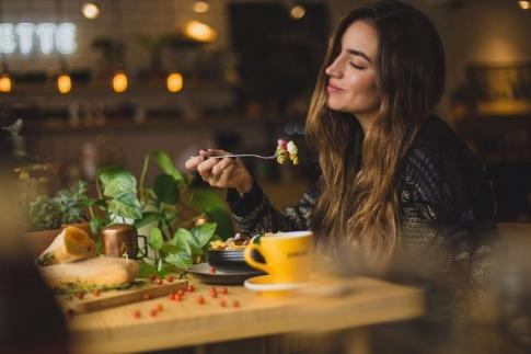 Eine Frau isst Ernährung gegen Stress