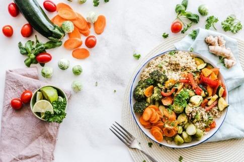 Gemüsesalat für eine gesunde Ernährung ist zubereitet