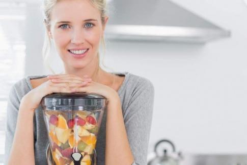 Eine Frau bereitet geeignete Ernährung bei Psoriasis vor
