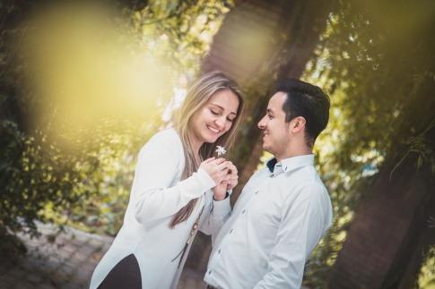 Mann gibt Frau eine Blume als Idee fürs erste Date