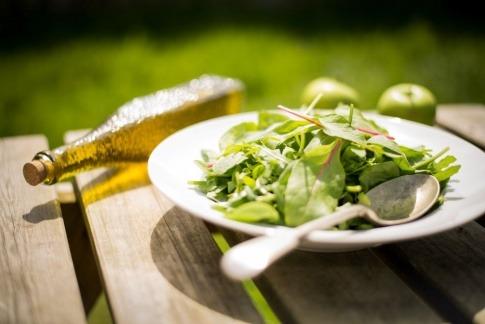 Essbare Pflanzen liegen auf einem Teller