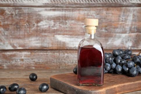 Natürlicher Essig neben Weintrauben