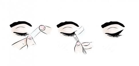 Mithilfe eines Tapes wird ein Eyeliner-Strich gezogen