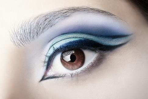 Blauer Eyeliner als einer der Eyeliner Trends 2019