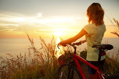 Eine Frau ist gesund für Gelenke mit dem Rad unterwegs