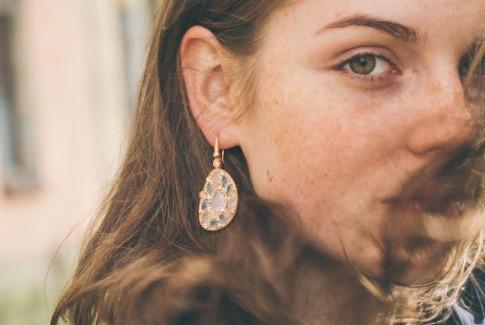 Eine Frau mit junger Haut schaut