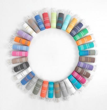 Tücher von LeStoff in unterschiedlichen Farben sind in einem Kreis angeordnet