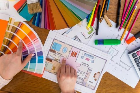 Eine Farbpalette liegt auf einem Plan für ein Schlafzimmer